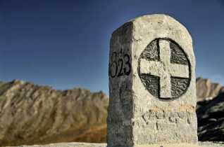 hist. Grenzstein von 1823 am Colle del Agnello, 2.748 m, Grenze zw. Varaital und Queyras - Foto: © Wolfram Mikuteit
