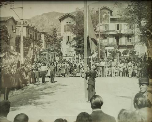 Hissen der Trikolore vor dem Rathaus in Tende 1947- Foto aus der Kollektion von Armand Oliviero