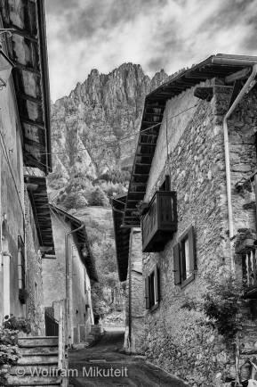 noch in Sambuco, kurz vor Beginn der Exkursion, mit Blick auf den Monte Bersaio - Foto: © Wolfram Mikuteit