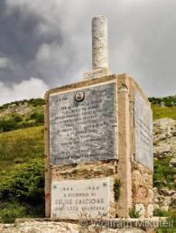 Wer von Madonna del Lago auf den Monte Dubasso (1.538m) wandert, passiert dabei schon nach kurzem Aufstieg die Stelle, an der Felice Cascione erschossen wurde. Nur wenig abseits des Weges befindet sich die kleine Gedenkstätte für ihn. Foto: © Wolfram Mikuteit